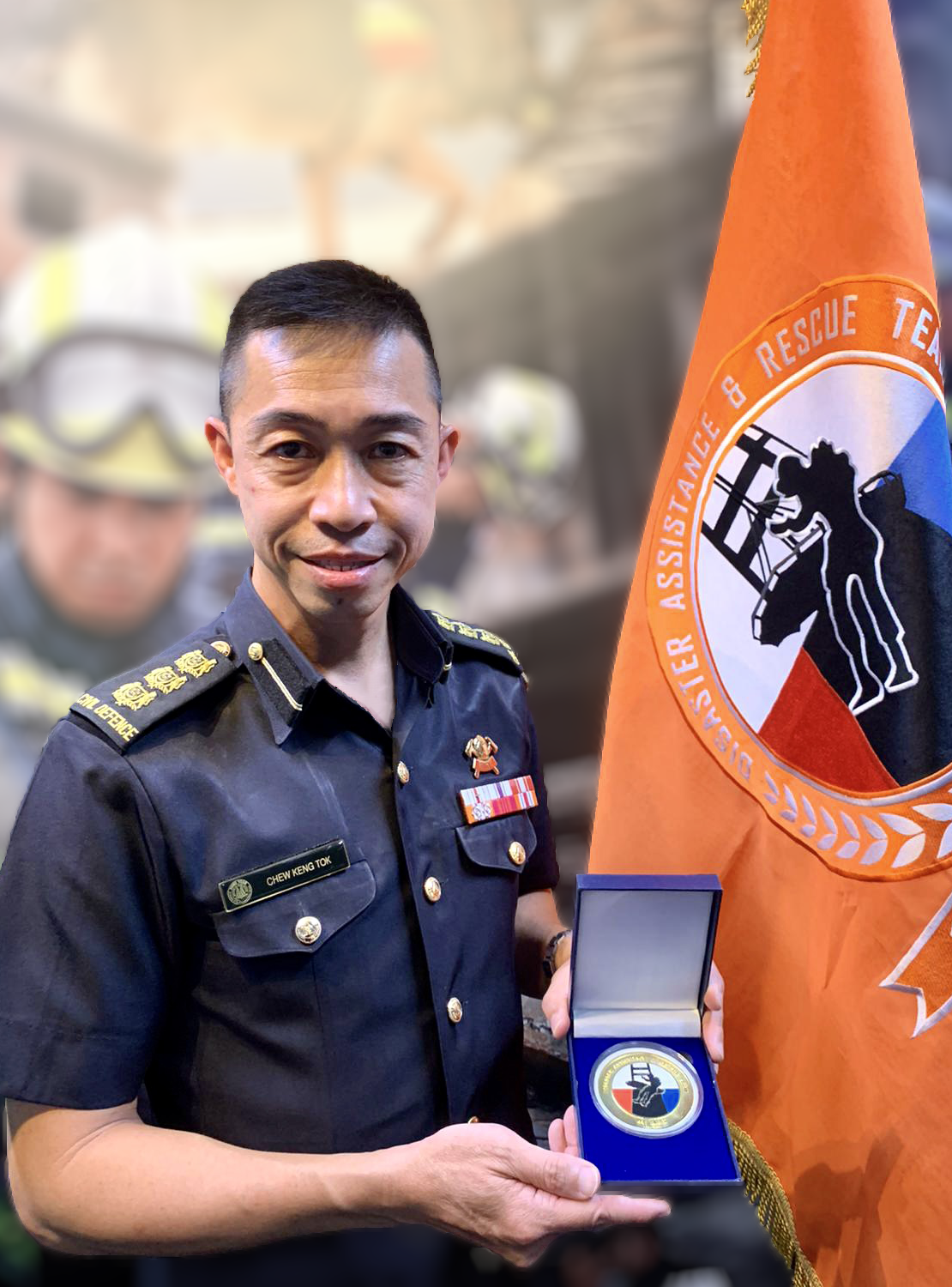 COL Chew Keng Tok holding his well-deserved medallion