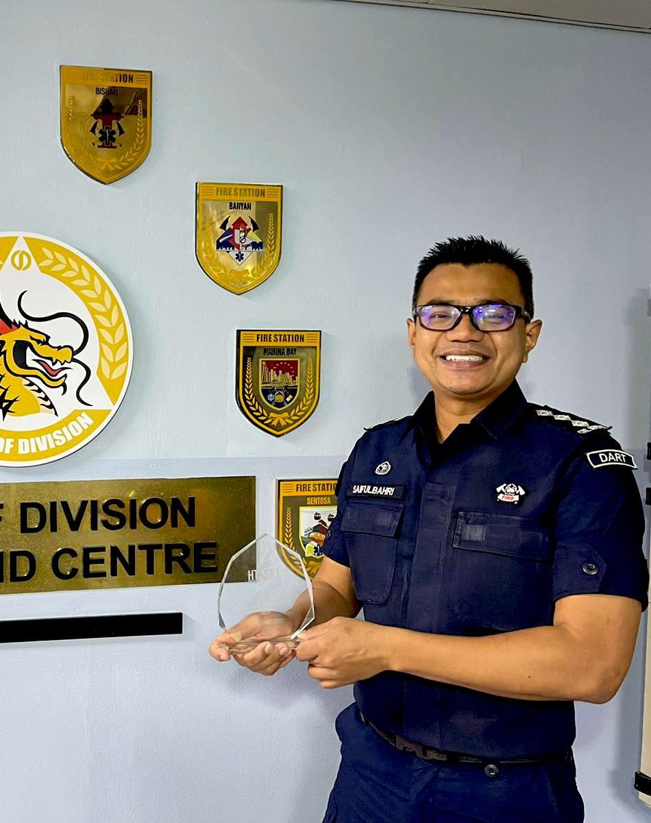 CPT Saifulbahri holding the award in his hand